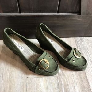 BOGO!💃AE green suede wedge buckle shoes size 9.5